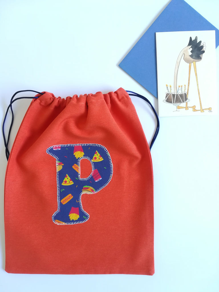 Bolsa infantil hecha a mano con inicial bordada